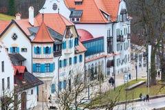 Case bavaresi tradizionali dipinte vicino al Neuschwanstein in alpi tedesche in Baviera Fotografia Stock