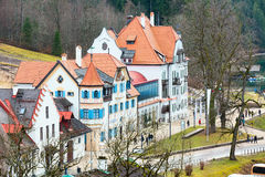 Case bavaresi tradizionali dipinte vicino al Neuschwanstein in alpi tedesche in Baviera Immagini Stock