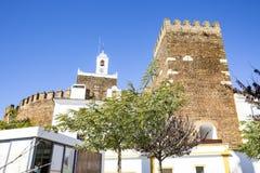 Case bianche ed il castello nella città di Alandroal immagini stock libere da diritti