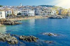 Case bianche sulla spiaggia Città costiera Calella de Palafrugell sopra Fotografia Stock Libera da Diritti