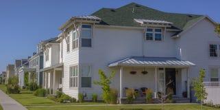 Case bianche in una comunità suburbana Immagini Stock Libere da Diritti