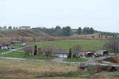 Case blu della strada panoramica della cresta nelle montagne immagine stock libera da diritti