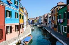 Case brillantemente dipinte, lungo il canale navigabile in Burano Immagine Stock