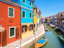 Case colorate sopra il canale dell'acqua in Burano immagini stock