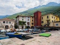 Case colorate sul porticciolo della città di Malcesine, polizia del lago, Italia Immagine Stock Libera da Diritti