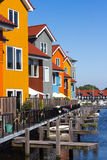 Case colorate vicino ad acqua immagine stock libera da diritti