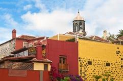 Case Colourful con la vecchi cappella e fiori Immagine Stock Libera da Diritti