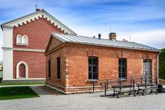 Case con mattoni a vista rosse ristabilite in Daugavpils, Lettonia immagine stock
