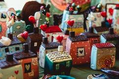Case decorative adorabili e variopinte del cuore di felicità Fotografia Stock Libera da Diritti