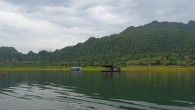 Case del hotel galleggiante che attraversano il paesaggio rurale idilliaco video d archivio