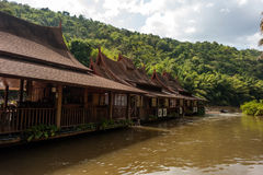Case del trampolo sul fiume Kwai, Tailandia Immagini Stock