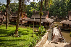 Case del trampolo sul fiume Kwai, Tailandia Immagine Stock Libera da Diritti