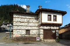 case del XIX secolo in citt? storica di Shiroka Laka, regione di Smolyan, Bulgaria immagine stock