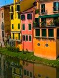 Case dell'acqua di Girona Spagna che trascurano fiume Immagine Stock