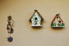 Case dell'uccello che appendono sulla parete Fotografie Stock