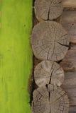 Case della cabina di ceppo con il pannello verde fotografia stock