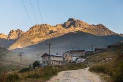 Case della montagna con le nuvole nel plateau di Ayder, Rize, Turchia Immagine Stock