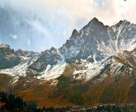 Case della montagna dell'abete rosso della neve delle rocce Fotografia Stock