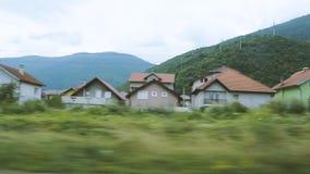 Case della moschea e di città di Hadzici e paesaggio circostante stock footage