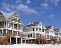 Case della spiaggia sulla priorità bassa del cielo blu fotografie stock