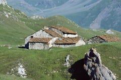 Case delle pietre con i tetti di ardesie arancio in alpi francesi, Francia Fotografie Stock