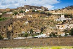 Case di abitazioni in roccia a Puerto Lumbreras e castello fotografia stock libera da diritti