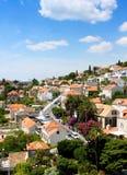 Case di cittadina sotto cielo blu Fotografia Stock Libera da Diritti