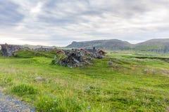 Case di estate tradizionali sulla costa del mare di Barents, Varan Fotografia Stock