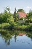 Case di estate vicino allo stagno Fotografia Stock Libera da Diritti