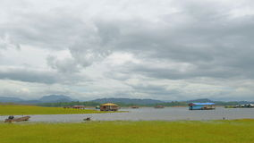 Case di galleggiamento che galleggiano nel lago video d archivio
