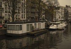 Case di galleggiamento del canale di Amsterdam immagine stock libera da diritti
