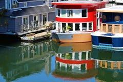 Case di galleggiamento della barca nel porto Fotografia Stock
