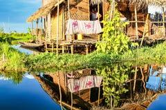 Case di galleggiamento di legno sul lago Inle nello Shan, Myanmar immagini stock