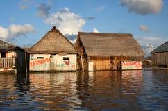 Case di galleggiamento sul fiume di Amazon Fotografia Stock Libera da Diritti
