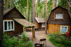 Case di legno ad un piano per la festa in un'abetaia Fotografia Stock Libera da Diritti