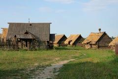 Case di legno antiche nel lato del paese. Fotografie Stock