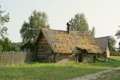 Case di legno antiche nel lato del paese. Immagini Stock