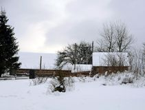 Case di legno coperte di neve fotografie stock