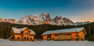 Case di legno della località di soggiorno di montagna fotografia stock