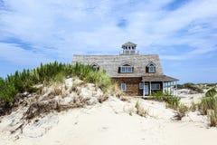 Case di legno nella baia del Manatee vicino a largo forte nelle dune di Fotografie Stock Libere da Diritti