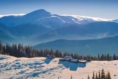 Case di legno su una collina della montagna carpatica di inverno Fotografie Stock