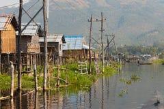 Case di legno tradizionali del trampolo nel lago Inle Fotografie Stock Libere da Diritti