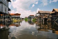 Case di legno tradizionali del trampolo sul lago Inle Immagini Stock