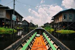 Case di legno tradizionali del trampolo sul lago Inle Immagine Stock Libera da Diritti