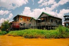 Case di legno tradizionali del trampolo sul lago Inle Immagine Stock