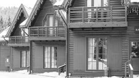 Case di legno in una stazione sciistica Immagini Stock