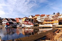 Case di legno variopinte sulla baia, Norvegia Fotografie Stock