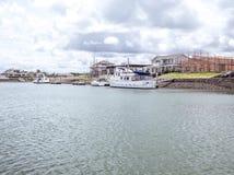 Case di lungomare con i moli privati in costruzione a della barca Immagini Stock Libere da Diritti