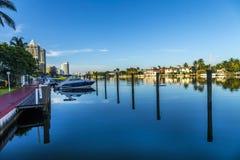 Case di lusso al canale a Miami fotografia stock