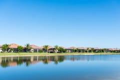 Case di lusso nella comunità di golf di Florida fotografia stock libera da diritti